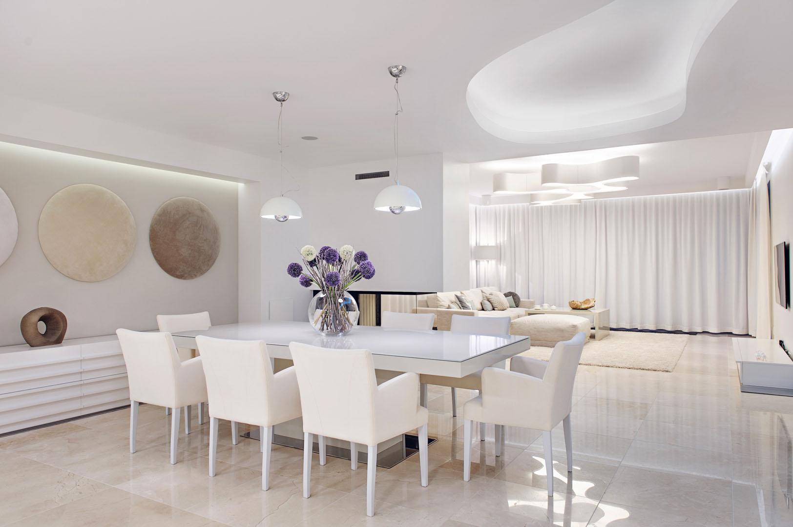Dom prywatny 2012 - 01 krzesła stół lampy marmur komoda