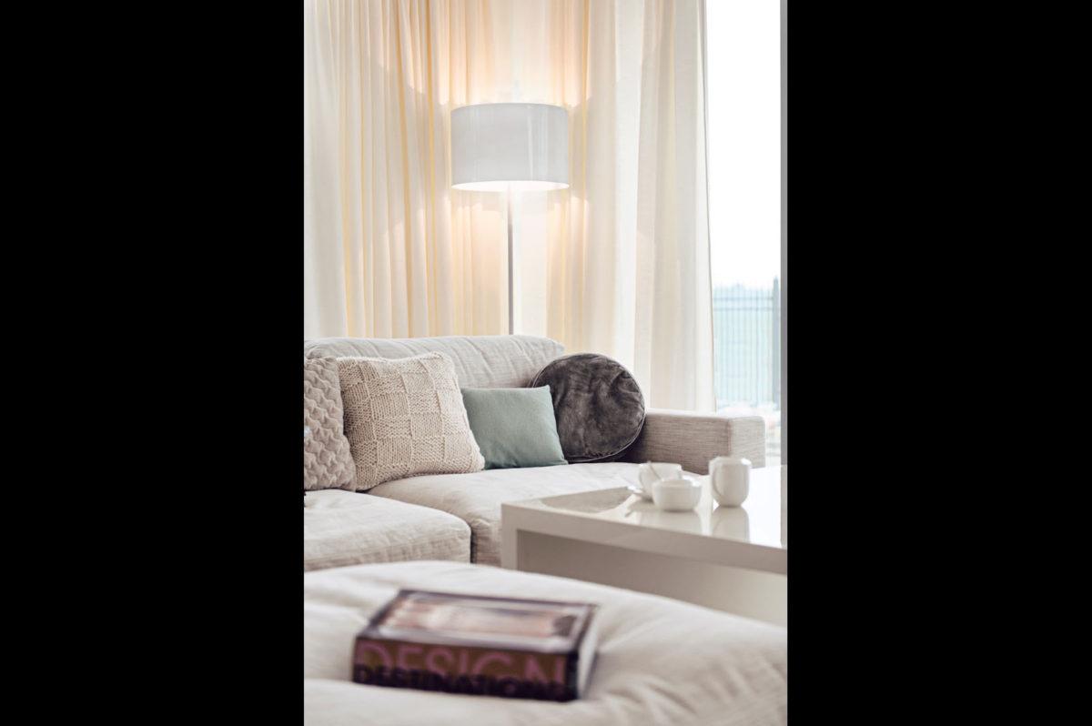 07 sofa lampa poduszki