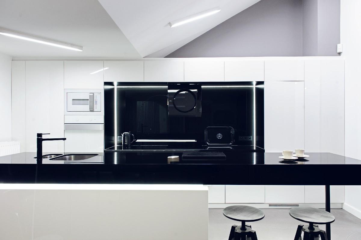 Apartament w Gdańsku 2012 - 01 kuchnia stołki ikea czarny blat wyspa kuchenna