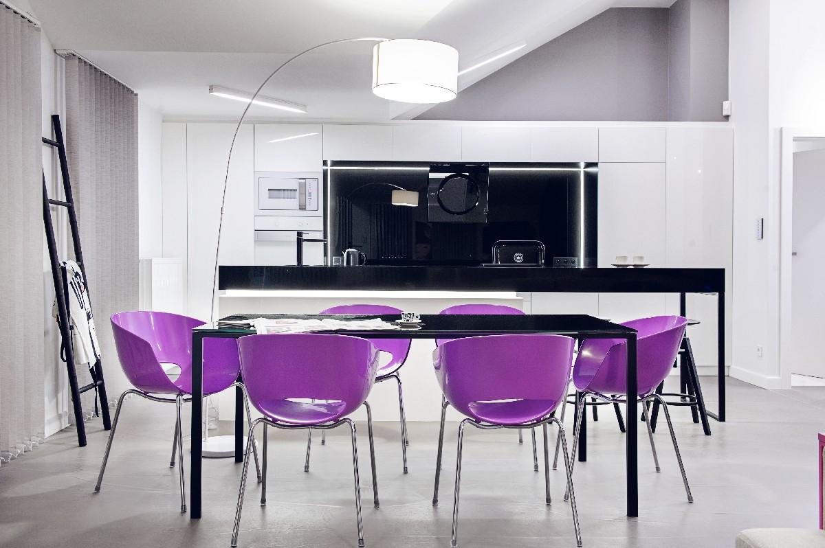 Apartament w Gdańsku 2012 - 02 różowe krzesła czarny stół lampa drabina kuchnia