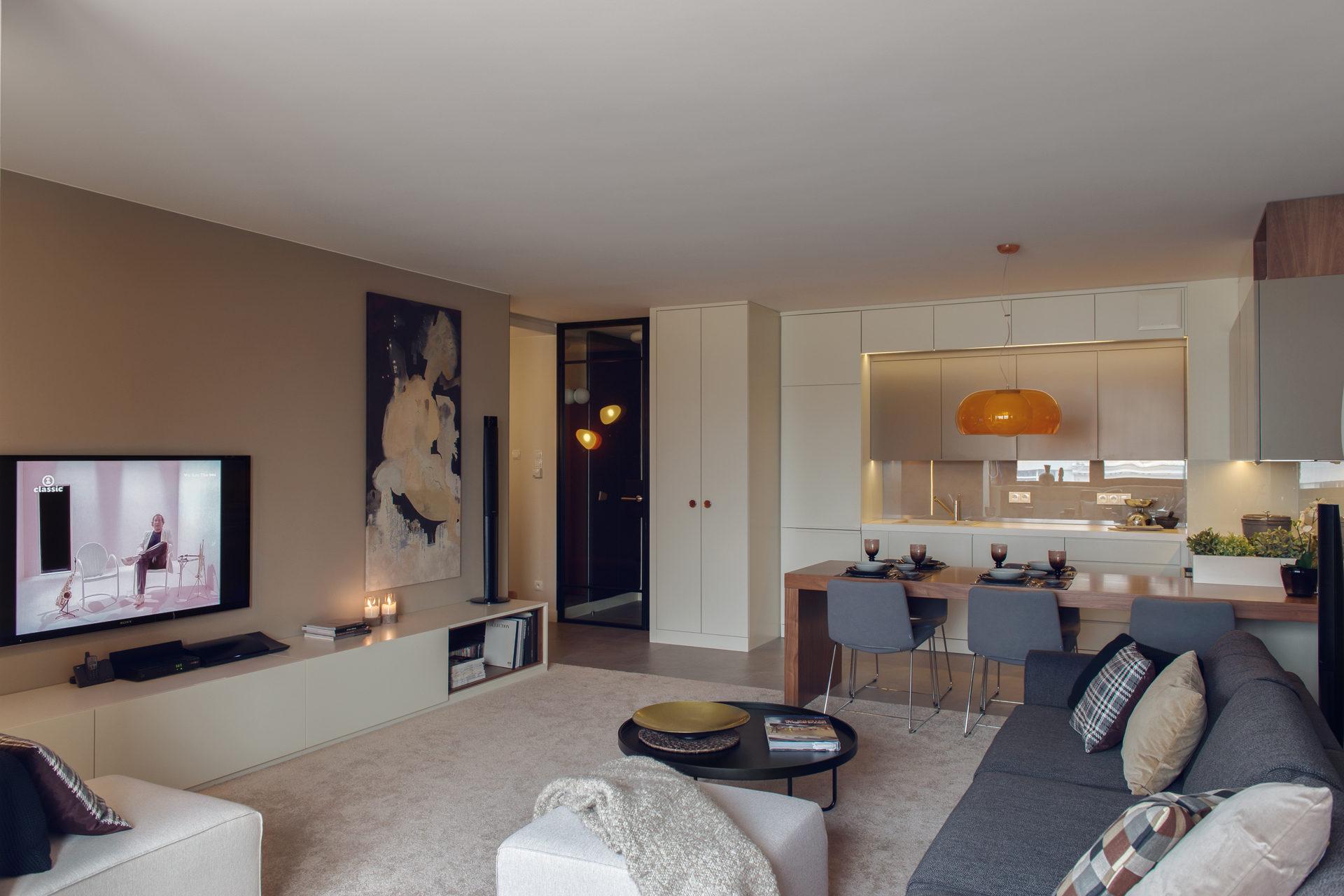 Mieszkanie w Gdyni 2013 - 01 stolik sofa pomarańczowa lampa stalowe drzwi
