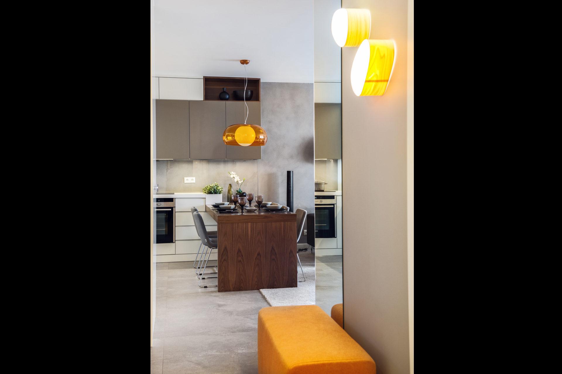 Mieszkanie w Gdyni 2013 - 03 pomarańczowy puf kinkiety lampa stół krzesła