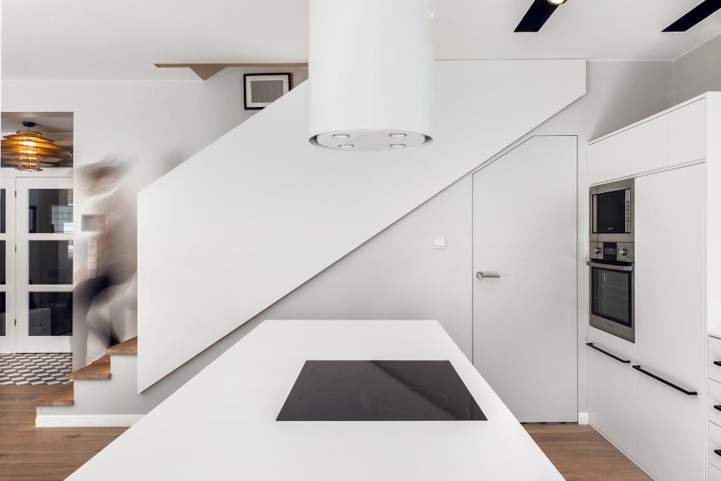 Widok z kuchni na schody